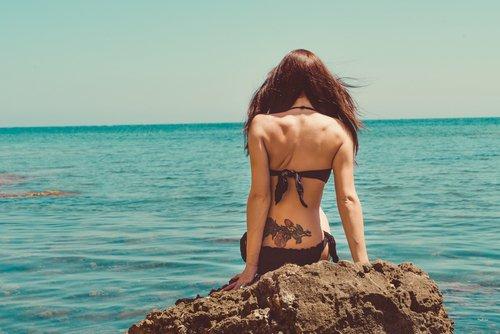 Met tattoo onder de zonnebank?
